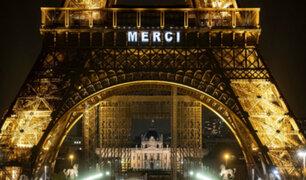 "Coronavirus: la Torre Eiffel rindió homenaje a ""héroes"" que luchan contra pandemia"