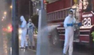 Bomberos se suman a la lucha contra el coronavirus y desinfectan calles