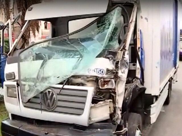 Lince: camión impacta con bus de Corredor Morado por ir en 'contra'
