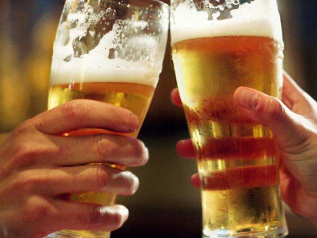 Consumo excesivo de alcohol podría ocasionar alzheimer temprano, según estudio
