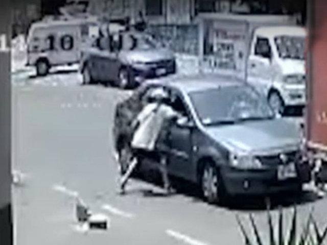 Lince: ladrón roba celular de pasajera de un vehículo detenido