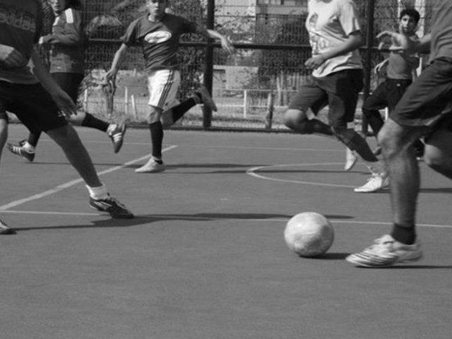 Ciudadanos juegan fútbol y toman en la calle pese al estado de emergencia