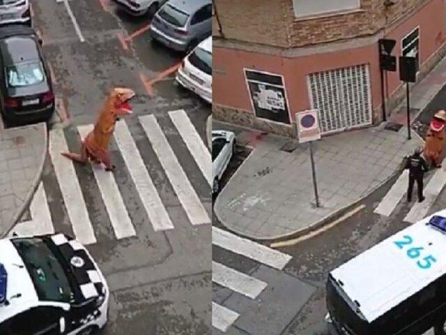 Hombre disfrazado T-rex fue atrapado por policías durante cuarentena en España