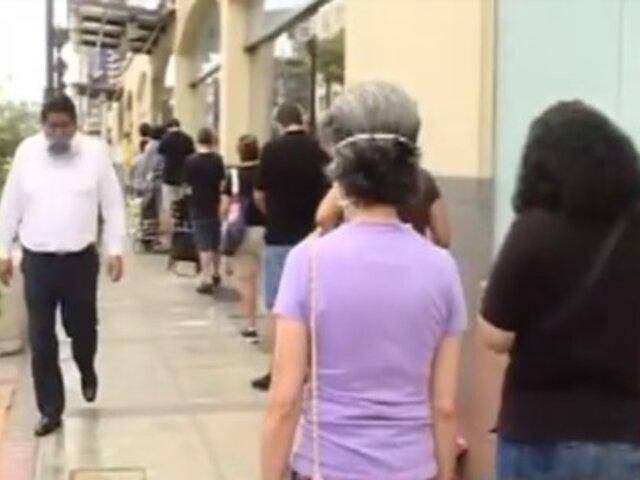 Coronavirus: ciudadanos realizan largas colas en supermercados