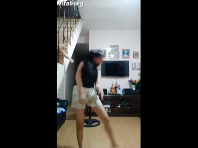 Joven baila en vivo pero su gato le arruina la transmisión