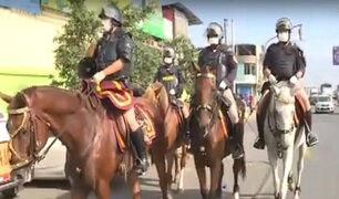 Estado de emergencia: policía montada sale a las calles y llama a respetar cuarentena
