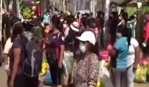 Estado de emergencia: mujeres salen masivamente a mercados sin respetar medidas de seguridad