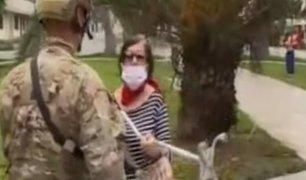 """Adulta mayor amenaza a periodista y a militar con """"bastonazo"""", tras infringir cuarentena"""