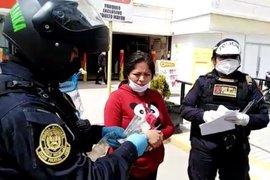 Huancayo: policías devuelven dinero dejado por mujer en cajero