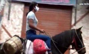 Cajamarca: mujer se moviliza en caballo para realizar compras