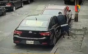 Delincuente aprovecha cuarentena total para robar autopartes de vehículo