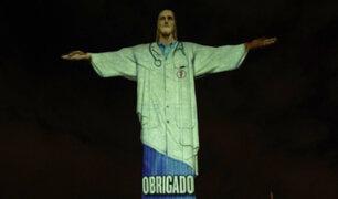 Cristo Redentor vistió bata médica para rendir homenaje a personal sanitario