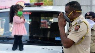 India: la mujer más baja del mundo ayuda a la policía a alentar al confinamiento