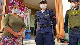 Mujer pierde bono y policías llegan a su casa para entregarle dinero extraviado