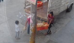 Pachacámac: repartidor de pollos expone a niño y lo hace trabajar sin mascarilla