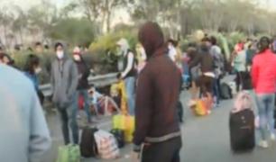 Cientos de personas duermen con sus niños en Av. Ramiro Prialé