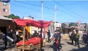 Comerciantes informales se enfrentan a la policía durante desalojo