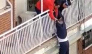VIDEO: rescatan anciano que resbaló y quedó colgando de balcón