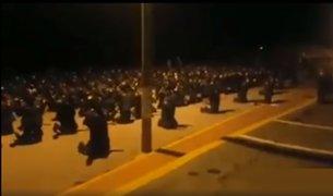Policías rezan de rodillas y piden por colegas que luchan contra el Covid-19