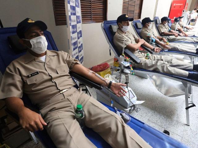Cadetes y oficiales de la Marina donan sangre para pacientes de EsSalud