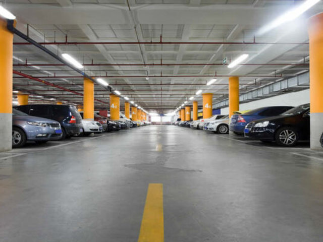 Cierran acceso vehicular a centros comerciales para hacer cumplir aislamiento social obligatorio