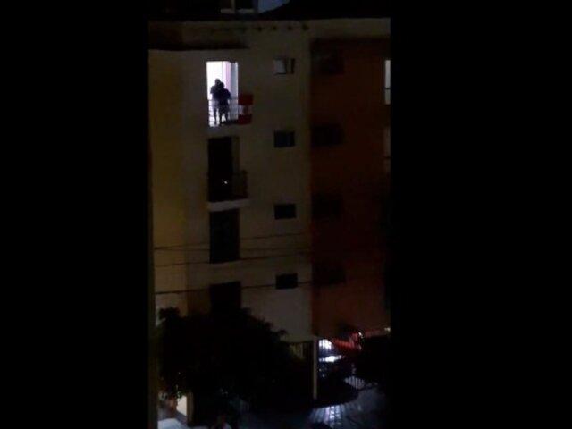 Coronavirus: niño alienta todas las noches desde su balcón cantando