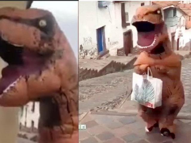 """Cuarentena: """"Dinosaurio"""" sale a comprar mientras se protege del Covid-19"""