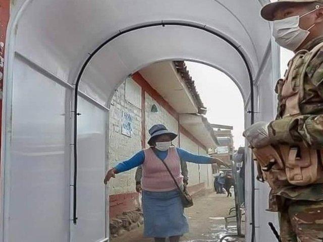 Cusco: instalan cámara para desinfectar a clientes y comerciantes de mercado