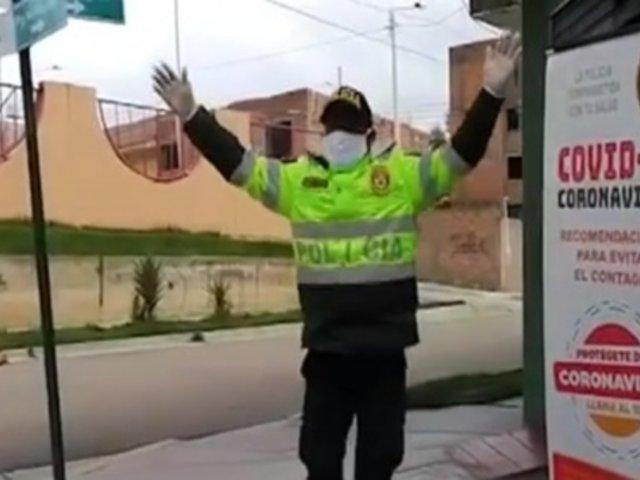 Huancayo: policía baila huaylash para alentar a sus compañeros antes de patrullar