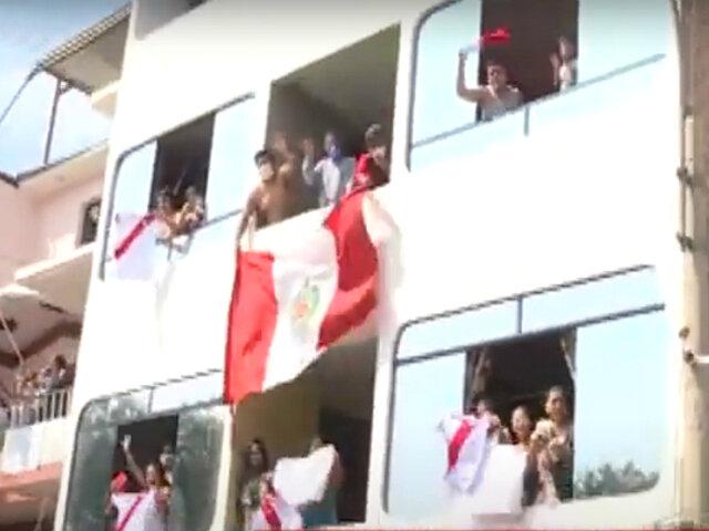 """""""¡Sí se puede!"""": decenas de vecinos salen con banderas para agradecer a la policía"""
