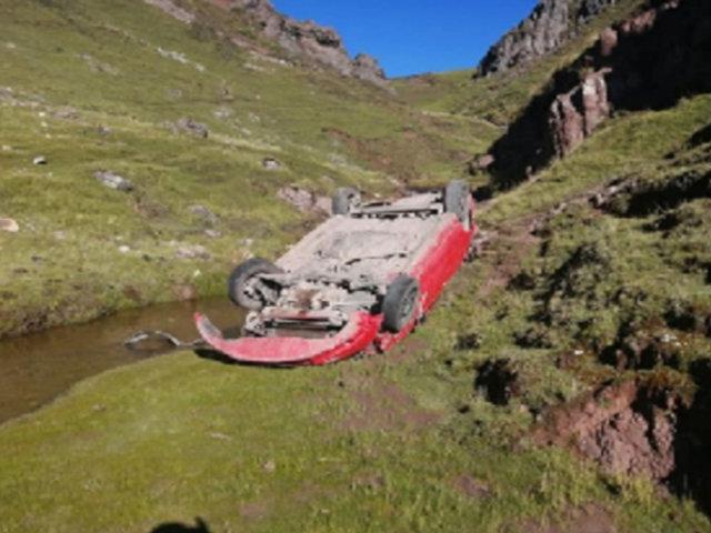Pasco: dos muertos tras despiste de auto a abismo de más de 100 metros