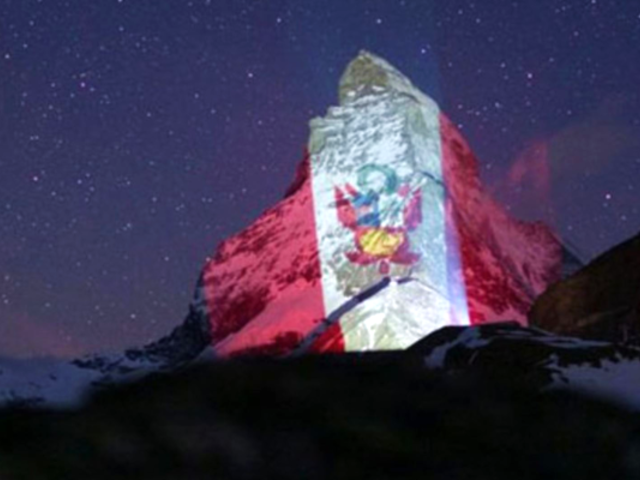 Bandera peruana iluminó los Alpes suizos como símbolo de esperanza