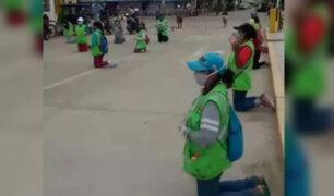 Piura: trabajadores de limpieza piden de rodillas ser sometidos a prueba de Covid-19
