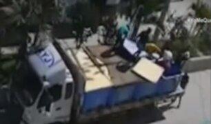 Tumbes: un grupo de personas viajan ilegalmente en un camión