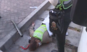 Policía queda gravemente herida tras caer de patrullero que fue impactado por taxi
