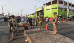 Policías y militares intervienen a indocumentados en Mercado de Frutas