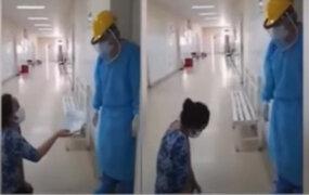 Chepén: Mujer suplicó de rodillas que atiendan a su familiar