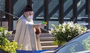 Sacerdote utilizó pistola de agua para bendecir a feligreses en plena pandemia