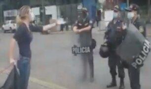 Policía llega a la Embajada de España para desalojar a ciudadanos que intentan armar carpa