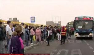 El Agustino: Aglomeración y enormes colas por tratar de subir a buses de transporte público