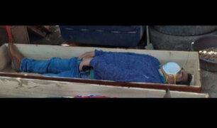Fingió estar muerto: Alcalde se esconde en ataúd para evitar detención