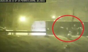 [VIDEO] El Agustino: sujetos desvalijaron camión que transportaba detergente