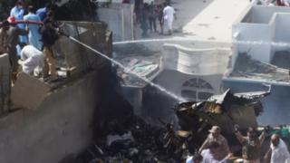 Avión con más de 100 personas a bordo se estrelló en Pakistán