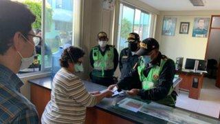 Policías devuelven mil dólares que encontraron en la calle en Arequipa