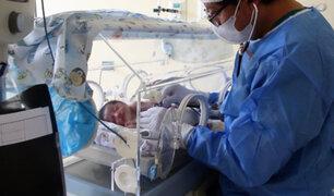 Mujer infectada con Covid-19 da a luz a una bebé sana en el hospital Dos de Mayo
