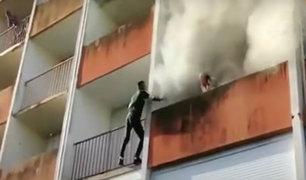 Francia: jóvenes arriesgan sus vidas y trepan edificio en llamas para salvar a anciano