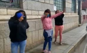 Mujeres ebrias piden foto para el Facebook tras ser detenidas violando cuarentena