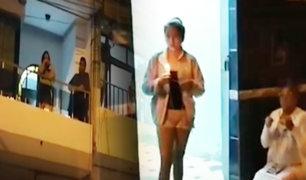 Vecinos oran desde sus ventanas por la salud de los enfermos por COVID-19