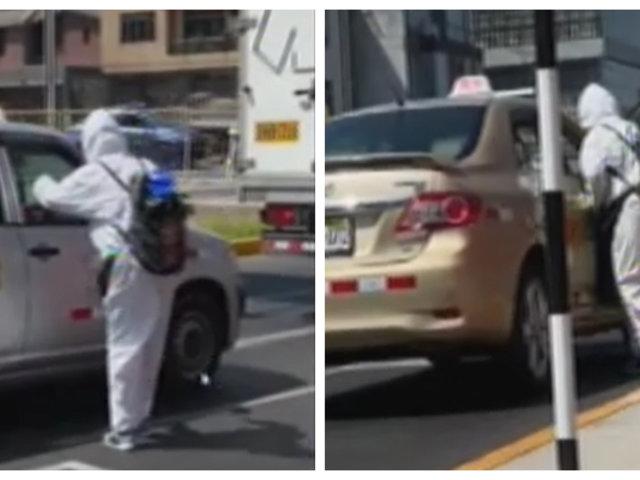 [VIDEO] Hombre limpia y desinfecta autos en paraderos de semáforos