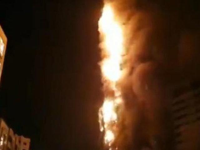 Incendio consume edificio de 48 pisos en Emiratos Árabes Unidos